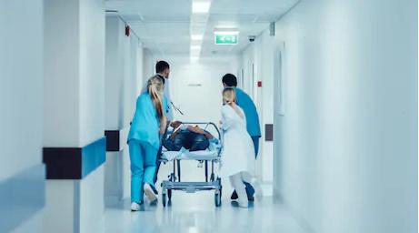 madicos llevando camilla por los pasillos del hospital